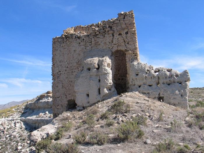 Detalle de la entrada y parte del muro de tapial
