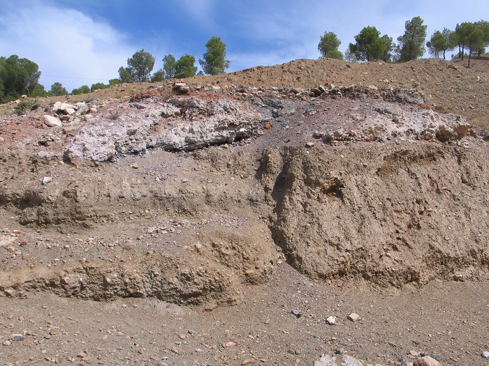 Capas de carbón y cal junto a una calera (Alcudia de Guadix, Granada)